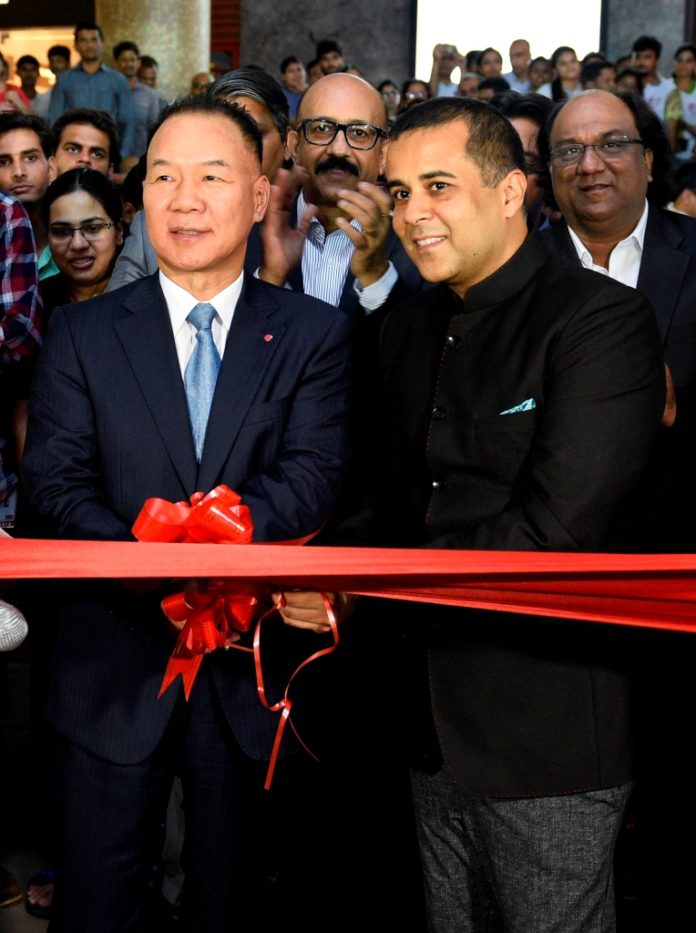 Kim Ki Wan, MD, LG Electronics India & Chetan Bhagat? at the inauguration of the LG Tech Show 2016 in Mumbai.