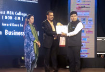 Pintu Bose - AVP, Globsyn Buiness School (right) receiving the Best MBA College (Non - IIM) in Eastern Indua award from Mr. Imran Zaki - President, FACES