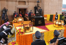 The Prime Minister, Shri Narendra Modi paying homage at the Amar Jawan Jyoti, India Gate, on the occasion of the 68th Republic Day Parade 2017, in New Delhi on January 26, 2017.