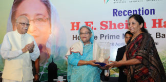 The Prime Minister of Bangladesh, Ms. Sheikh Hasina being presented a memento by the Minister of State for Commerce & Industry (Independent Charge), Smt. Nirmala Sitharaman, at the reception, in New Delhi on April 10, 2017.
