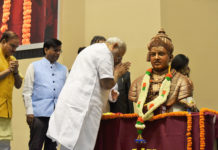 The Prime Minister, Shri Narendra Modi paying homage to Lord Basaveshwara at the inauguration of Basava Jayanthi 2017 and Golden Jubilee Celebration of Basava Samithi, in New Delhi on April 29, 2017. The Union Minister for Chemicals & Fertilizers and Parliamentary Affairs, Shri Ananth Kumar is also seen.