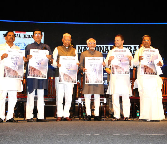 The Vice President, Shri M. Hamid Ansari releasing the commemorative edition of National Herald, in Bengaluru, Karnataka on June 12, 2017