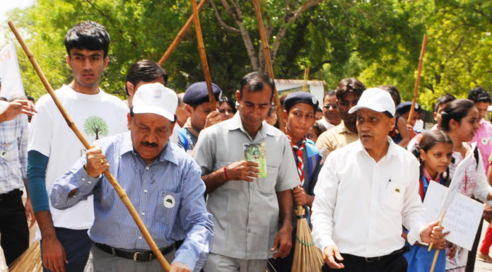 """The Union Minister for Science & Technology, Earth Sciences and Environment, Forest & Climate Change, Dr. Harsh Vardhan offering """"Shramdaan"""", at the concluding function of Swachhta Pakhwada, organised by the Ministry of Environment, Forest and Climate Change, in New Delhi on June 15, 2017."""
