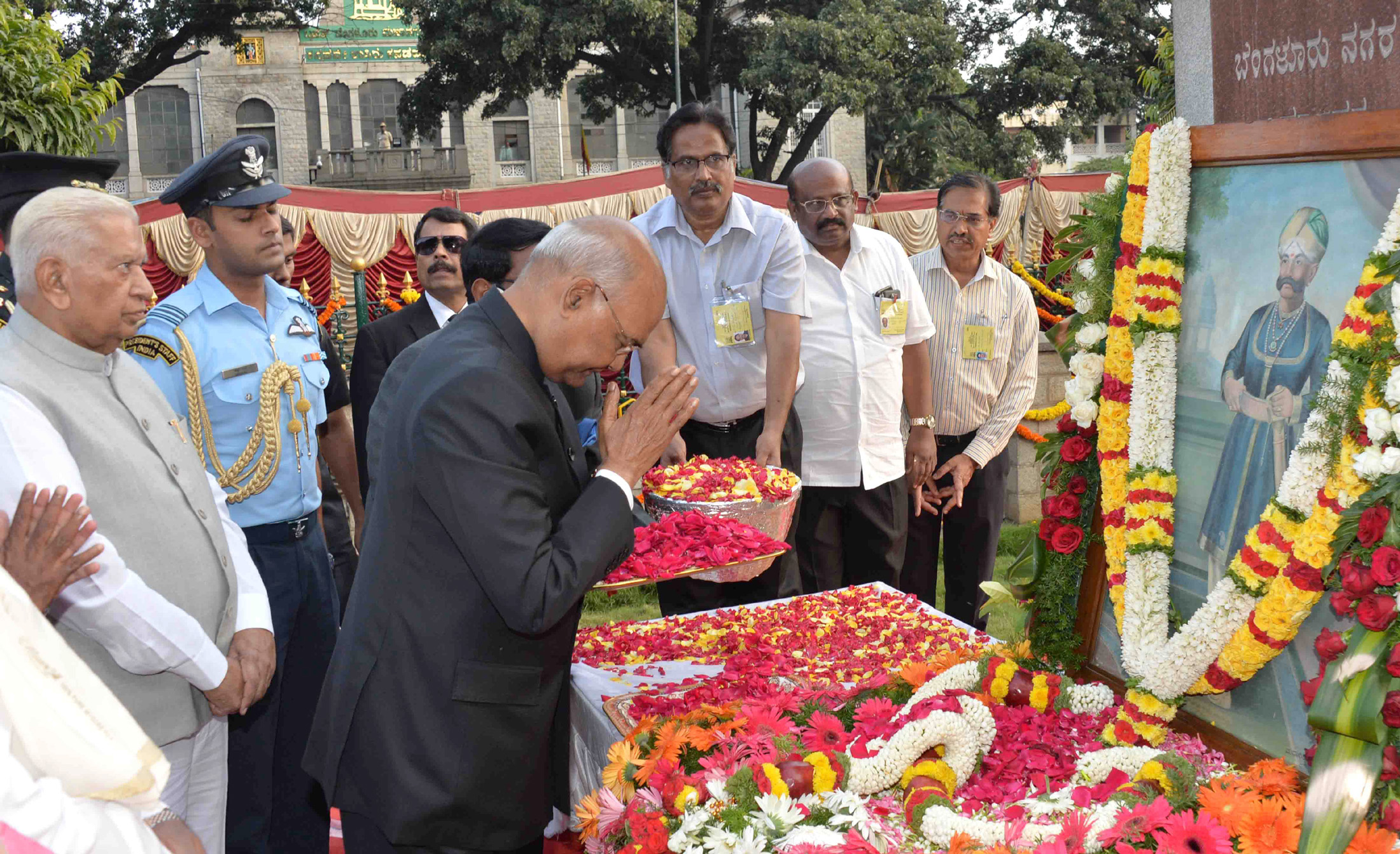 The President, Shri Ram Nath Kovind paying floral tribute at the statue of Shri Kempegowda at NR Square, in Bangalore, Karnataka on October 24, 2017. The Governor of Karnataka, Shri Vajubhai Rudabhai Vala is also seen.