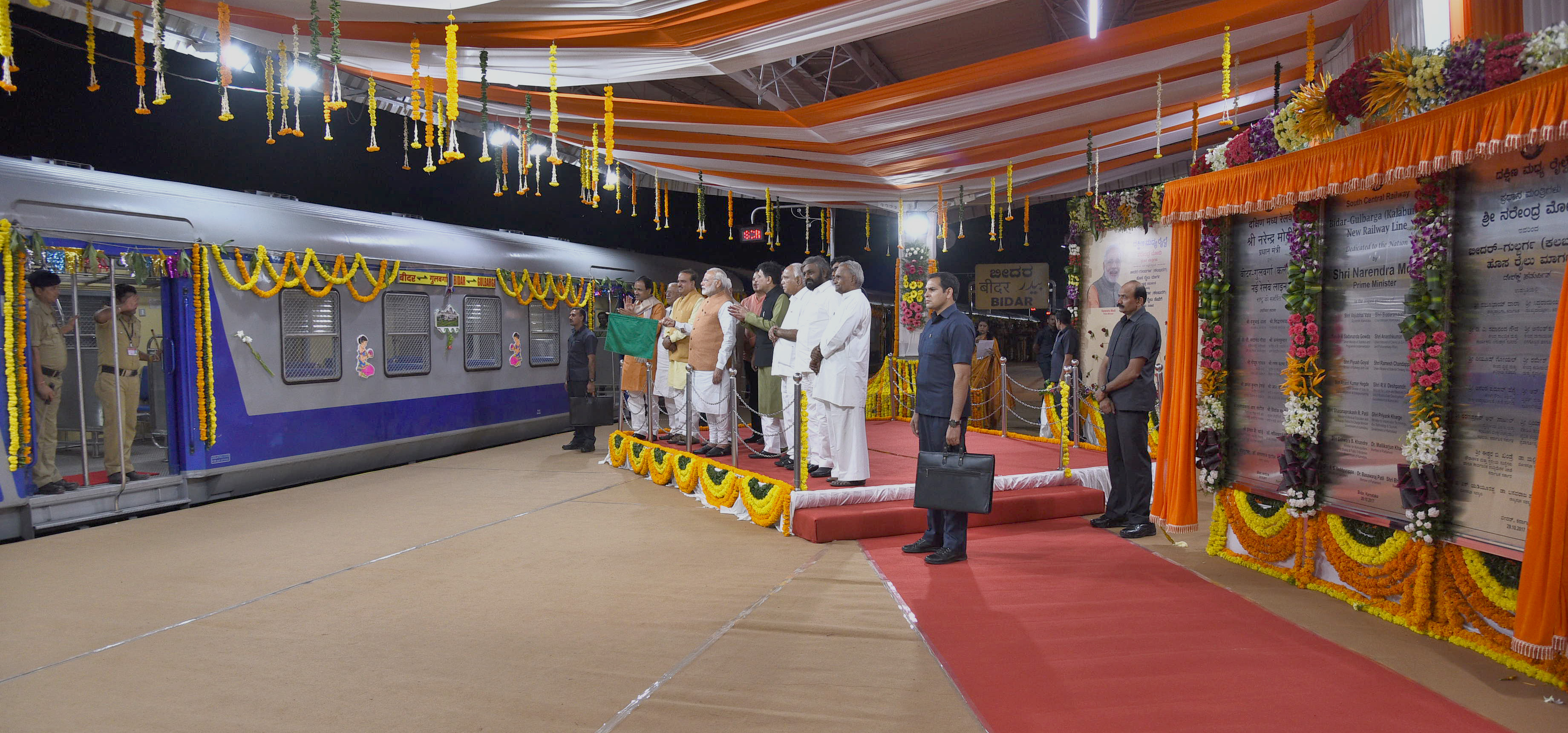 The Prime Minister, Shri Narendra Modi flagging-off the DEMU Service between Bidar and Kalaburagi, at Bidar Railway Station, in Karnataka on October 29, 2017.