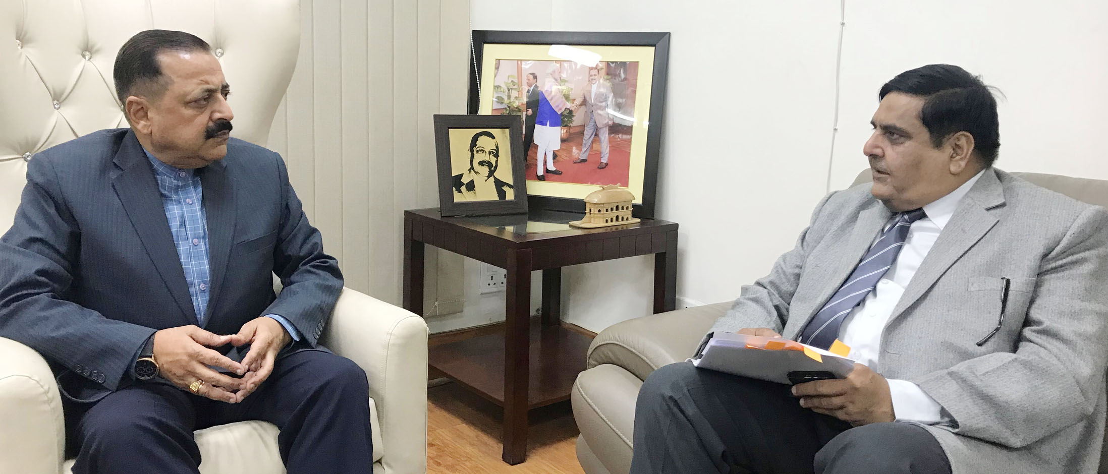 The Chief Secretary of Jammu & Kashmir, Shri B.B. Vyas calling on the Minister of State for Development of North Eastern Region (I/C), Prime Minister's Office, Personnel, Public Grievances & Pensions, Atomic Energy and Space, Dr. Jitendra Singh, in New Delhi on December 02, 2017.