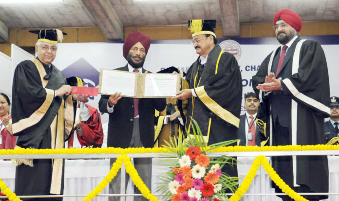 The Vice President, Shri M. Venkaiah Naidu presenting the Punjab University Khel Rattan Award to Padma Shree Milkha Singh, at the 67th Convocation of Panjab University, in Chandigarh on March 04, 2018.