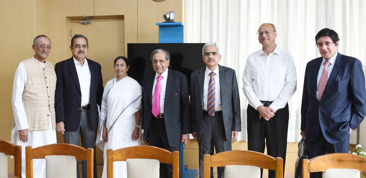 The Chairman of the 15th Finance Commission, Shri N.K. Singh along with the members call on the Chief Minister of West Bengal, Ms. Mamata Banerjee, in Kolkata on July 17, 2018.