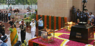 The Union Minister for Defence, Smt. Nirmala Sitharaman along with the Chief of Army Staff, General Bipin Rawat, the Chief of Naval Staff, Admiral Sunil Lanba and the Chief of the Air Staff, Air Chief Marshal B.S. Dhanoa paying homage to the martyrs at Amar Jawan Jyoti, India Gate, on the occasion of Kargil Vijay Diwas, in New Delhi on July 26, 2018.