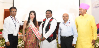 The Union Minister for Tribal Affairs, Shri Jual Oram launching the World Boxing Champion Ms. Mary Kom as Brand Ambassador of Tribes India, at a function, in New Delhi on September 27, 2018. The Chairman, TRIFED, Shri Ramesh Chand Meena and the Secretary, Ministry of Tribal Affairs, Shri Deepak Khandekar are also seen.