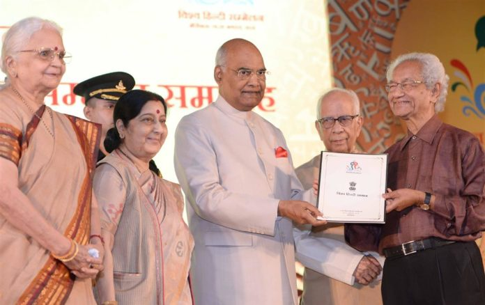 The President, Shri Ram Nath Kovind felicitating the Indian Scholar of 11th Vishwa Hindi Sammelan, at a function, in New Delhi on September 17, 2018. The Union Minister for External Affairs, Smt. Sushma Swaraj and other dignitaries are also seen.