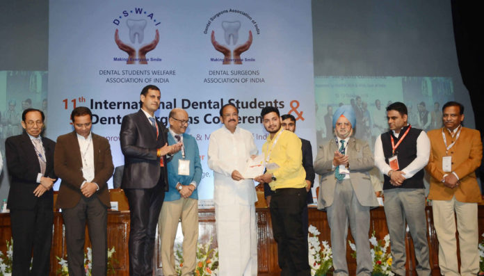 The Vice President, Shri M. Venkaiah Naidu presenting awards to the Dental Students, at the 11th International Dental Students & 5th Dental Surgeons Conference, jointly organised by the Dental Students Welfare Association and Dental Surgeons Association, in New Delhi on October 13, 2018.