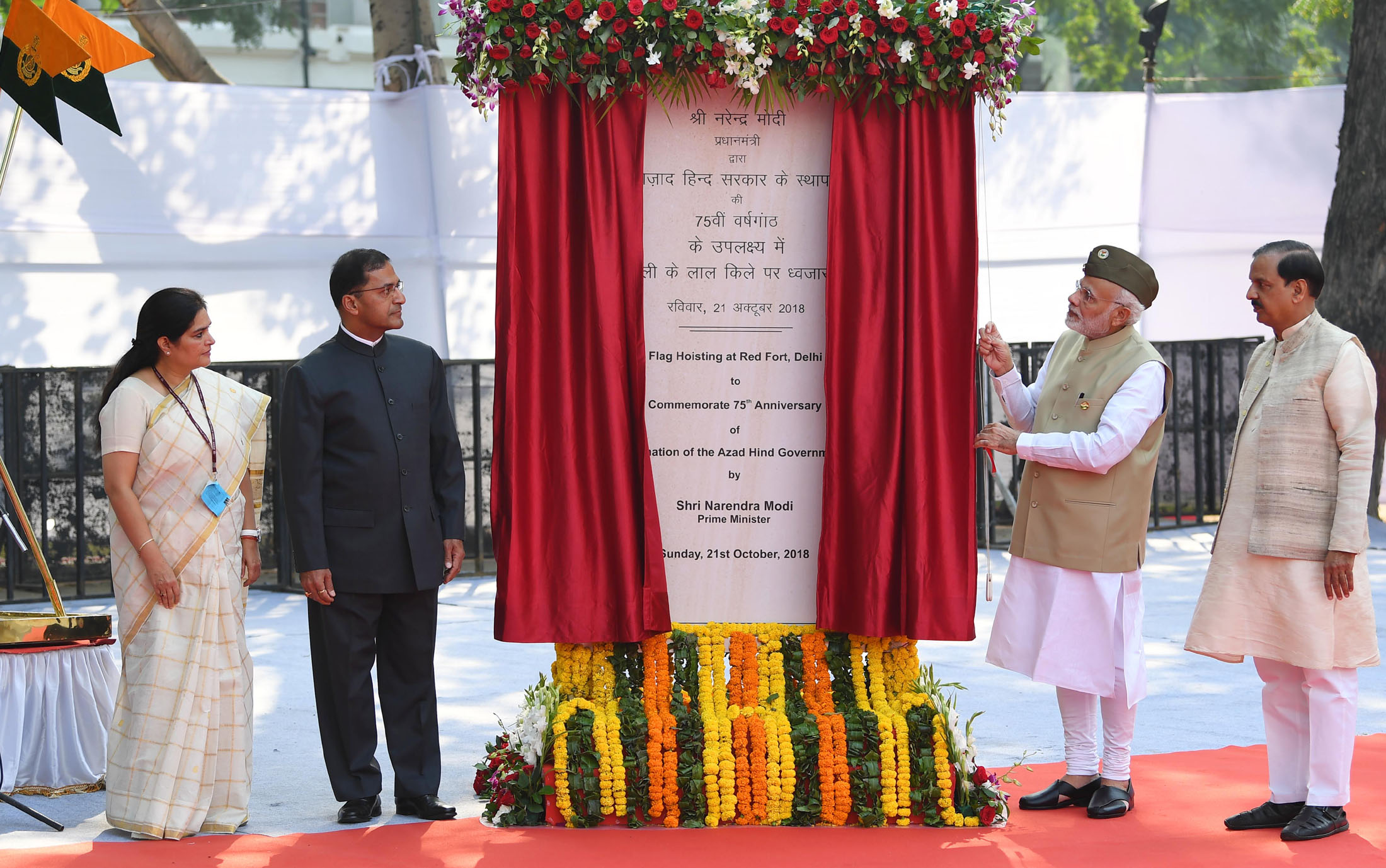 The Prime Minister, Shri Narendra Modi unveiling the plaque at the National Flag hoisting ceremony to commemorate the 75th anniversary formation of the Azad Hind Government, at Red Fort, Delhi on October 21, 2018. The Minister of State for Culture (I/C) and Environment, Forest & Climate Change, Dr. Mahesh Sharma, the Secretary, Ministry of Culture, Shri Arun Goel and the DG ASI, Smt. Usha Sharma are also seen.