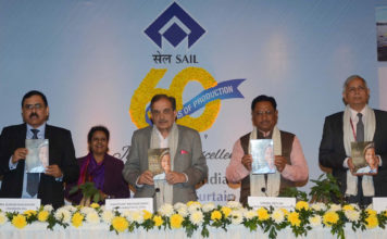 The Union Minister for Steel, Shri Chaudhary Birender Singh releasing the publication, at the SAIL's 60 years of Production Curtain Raiser programme, in New Delhi on December 28, 2018. The Minister of State for Steel, Shri Vishnu Deo Sai, the Secretary, Ministry of Steel, Shri Binoy Kumar and the Chairman, SAIL, Shri Anil Kumar Chaudhary are also seen.