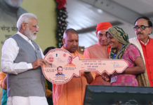 The Prime Minister, Shri Narendra Modi distributing the certificates to beneficiaries of various schemes, at Ghaziabad, Uttar Pradesh on March 08, 2019. The Chief Minister of Uttar Pradesh, Yogi Adityanath and the Minister of State for Human Resource Development and Water Resources, River Development and Ganga Rejuvenation, Dr. Satya Pal Singh are also seen.