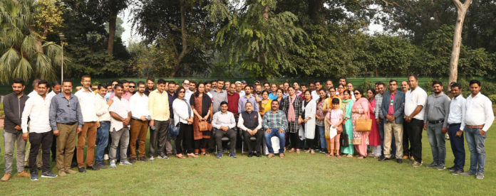 The Minister of State for Development of North Eastern Region (I/C), Prime Minister's Office, Personnel, Public Grievances & Pensions, Atomic Energy and Space, Dr. Jitendra Singh in a group photograph with a delegation of teachers from Jammu and Kashmir UT, in New Delhi on November 12, 2019.