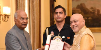 The President, Shri Ram Nath Kovind presenting the Lalit Kala Akademi Awards to the Meritorious Artists, at a function, at Rashtrapati Bhavan, in New Delhi on March 04, 2020