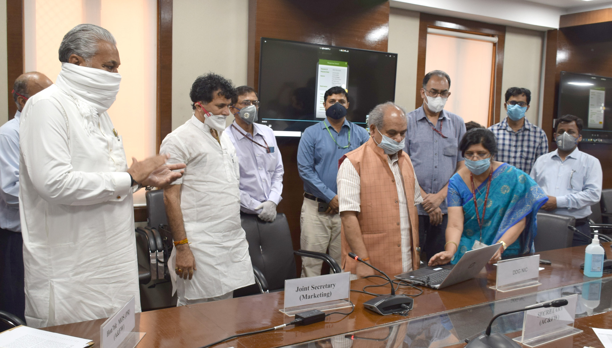 """The Union Minister for Agriculture & Farmers Welfare, Rural Development and Panchayati Raj, Shri Narendra Singh Tomar launches the """"Kisan Rath"""" Mobile App, at a function, in New Delhi on April 17, 2020. The Ministers of State for Agriculture & Family Welfare, Shri Parshottam Rupala and Shri Kailash Choudhary and senior officers are also seen."""