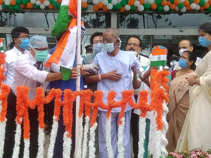 """Fortis celebrates Independence Day with discharge of 94 year old COVID patient Kolkata, Aug 15: The 74th Independence Day became truly special for Fortis Hospital Anandapur today as it also coincided with freedom from COVID-19 for a 94 year old priest from Don Bosco who hoisted the tricolour becoming a symbol of hope and clinical excellence. Reverend Father Peter Vincent Lourdes from Don Bosco was diagnosed with COVID-19 and admitted to a private nursing home. He was eventually brought to Fortis Hospital and was being treated under the supervision of Dr Basab Bijoy Sarkar, Consultant Internal Medicine at Fortis Anandapur. After days of treatment he was tested negative and regained his strength in due course. Today the Father hoisted the tricolour in presence of the doctors, nurses and caregivers to celebrate the Independence Day. He was later wheeled out to a big round of applause from everyone at Fortis. """"My oldest COVID patient Rev. Fr. Peter, won the battle against coronavirus and is going home today. It was heart-warming to see him so happy. Really a great honour and pleasure for me to be able to cure him and send him back home, fit and fine"""", said Dr Basab. """"We are very happy with the care that has been provided by all the doctors and staff at Fortis. While he was admitted, he was unable to recall our faces. Now that he has recovered, he recognises us. We are delighted he has returned to his normal health and doing so well,"""