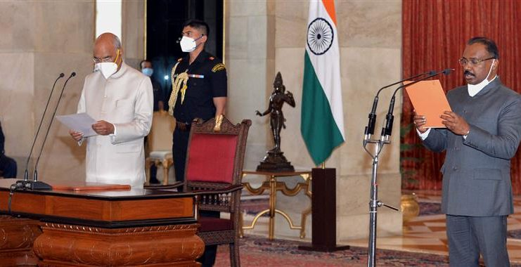 The President, Shri Ram Nath Kovind administering the oath of office of the Comptroller and Auditor General of India (CAG) to Shri Girish Chandra Murmu, at a Swearing-in Ceremony, at Rashtrapati Bhavan, in New Delhi on August 08, 2020.