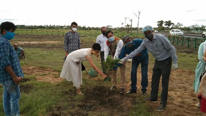 Debashis Sen Hidco Chairman inaugurated plantation drive by Kolkata society for cultural heritage- supported by I AM Kolkata from Merlin Group