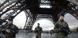 French-soldiers-guard-the-Eiffel-Tower-in-Paris - Photo by Wikipedia