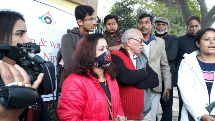 City scribes protest in front of press club
