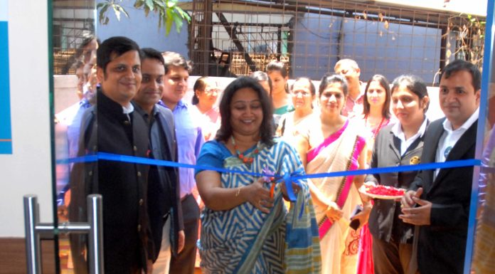 Madhuri Tanneru, Senior Official from Apollo, flanked by Director-duo, Manoj Agarwal(l) and Sanjiv Kothari, inaugurating Apollo Clinic at Barrackpore.