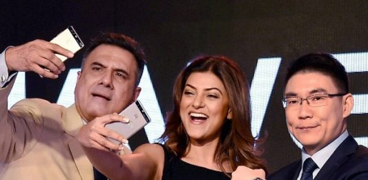 Boman Irani, Sushmita Sen and Peter Zhai, President, Huawei India Consumer Business Group launching the flagship Huawei P9 in New Delhi.