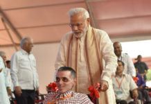 The Prime Minister, Shri Narendra Modi distributing the aids and equipment, at the Saamaajik Adhikaarita Shivir, in Vadodara, Gujarat
