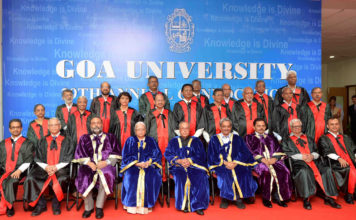 The President, Shri Pranab Mukherjee in a group photograph at the Annual Convocation of Goa University, in Goa on April 25, 2017. The Governor of Goa, Smt. Mridula Sinha and the Chief Minister of Goa, Shri Manohar Parrikar are also seen.