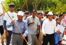 "The Union Minister for Science & Technology, Earth Sciences and Environment, Forest & Climate Change, Dr. Harsh Vardhan offering ""Shramdaan"", at the concluding function of Swachhta Pakhwada, organised by the Ministry of Environment, Forest and Climate Change, in New Delhi on June 15, 2017."