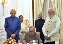 The President, Shri Pranab Mukherjee signing the visitors book at Hyderabad House, on the occasion of farewell hosted for him by the Prime Minister, Shri Narendra Modi, in New Delhi on July 22, 2017. The President-elect, Shri Ram Nath Kovind and the Vice President, Shri M. Hamid Ansari are also seen.