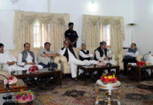 A delegation of People's Democratic Party (PDP) led by the Senior Vice President, Mr. Sartaj Madani calling on the Union Home Minister, Shri Rajnath Singh, in Srinagar on September 10, 2017.