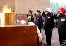 The Chief of Integrated Defence Staff to the Chairman Chiefs of Staff Committee (CISC), Lt. Gen. Satish Dua along with the veterans from the Army, Navy and the Air Force paying homage to the martyrs, on the occasion of the Armed Forces Veterans' Day, at Amar Jawan Jyoti, India Gate, in New Delhi on January 14, 2018.
