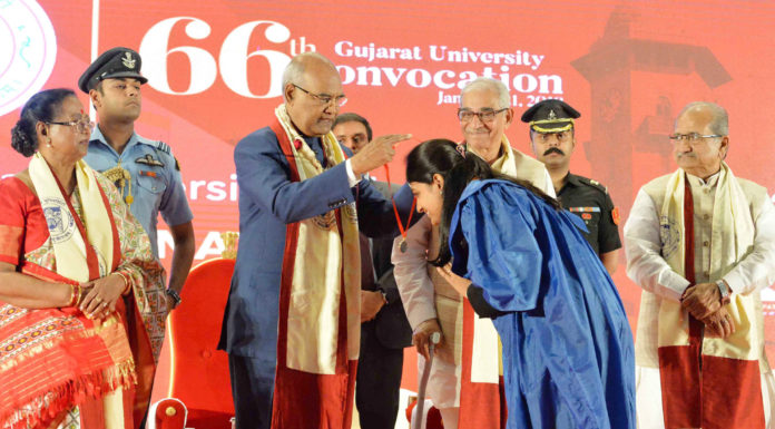 The President, Shri Ram Nath Kovind presenting the Gold Medal to a student at the 66th Convocation of Gujarat University, at Ahmedabad, in Gujarat on January 21, 2018. The Governor of Gujarat, Shri O.P. Kohli and other dignitaries are also seen.