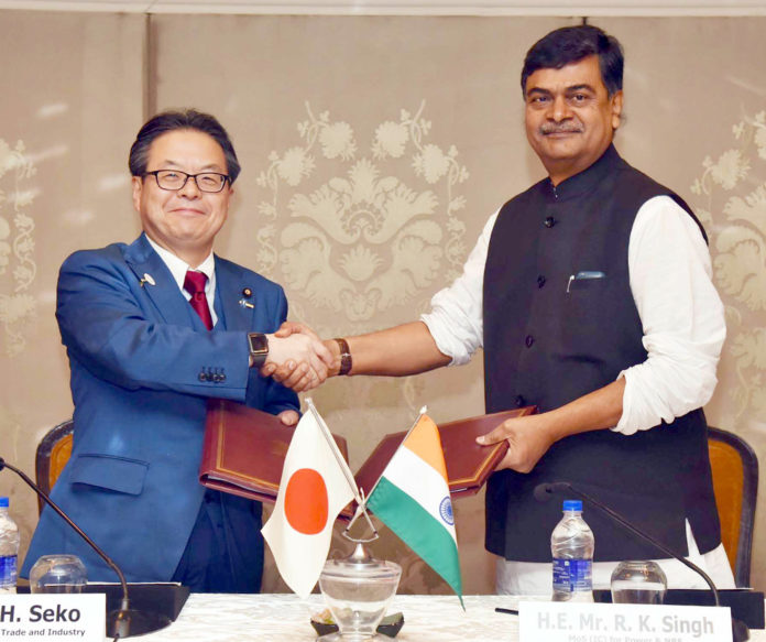 The Minister of State (I/C) for Power and New and Renewable Energy, Shri Raj Kumar Singh and the Minister of Economy, Trade and Industry, Japan, Mr. Hiroshige Seko exchanging the Joint Statement, at the 9th Japan-India Energy Dialogue, in New Delhi on May 01, 2018.
