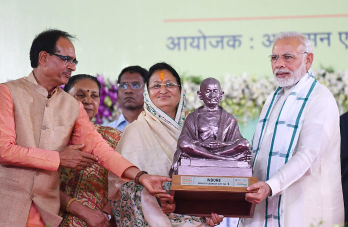 The Prime Minister, Shri Narendra Modi distributing the Swachh Survekshan Awards, at the inauguration of the urban development projects, in Indore, Madhya Pradesh The Governor of Madhya Pradesh, Smt. Anandiben Patel and the Chief Minister of Madhya Pradesh, Shri Shivraj Singh Chouhan are also seen.