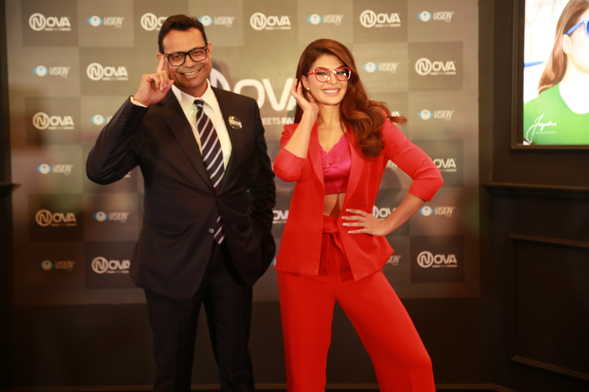 Mr. Lalit Kumar Gupta, Chief Business Office, Vision Rx Lab along with the brand ambassador Jacqueline Fernandez - Pic 2