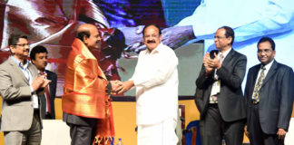 The Vice President, Shri M. Venkaiah Naidu felicitating Shri B.V.R. Mohan Reddy for his exemplary service in the field of IT for over three decades, at the 26th Annual HYSEA Summit 2018, organised by the Hyderabad Software Enterprises Association, in Hyderabad on July 27, 2018.