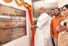 The Minister of State for Communications (I/C) and Railways, Shri Manoj Sinha unveiling the plaque for the new corporate office of the Bharat Broadband Network Limited (BBNL), in East Kidwai Nagar, New Delhi on October 15, 2018. The Secretary, (Telecom), Ms. Aruna Sundararajan is also seen.