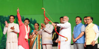 The President, Shri Ram Nath Kovind and the Prime Minister, Shri Narendra Modi attending the Dussehra Celebrations, at Lal Qila Maidan, in Delhi on October 19, 2018. The Union Minister for Science & Technology, Earth Sciences and Environment, Forest & Climate Change, Dr. Harsh Vardhan, the Member of Parliament, Shri Manoj Tiwari and other dignitaries are also seen.