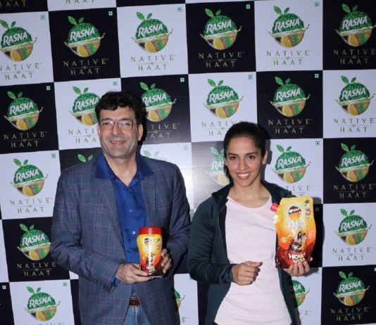 Mr.Piruz Khambatta, Chairman - Rasna Pvt.Ltd with Saina Nehwal at Rasna Native Haat range launch