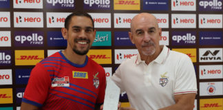 David Joel Williams of ATK received Hero of the month award from Antonio Lopez Habas Head Coach of ATK during match 19 of the Indian Super League ( ISL ) between ATK and Jamshedpur FC held at the Vivekaward ananda Yuba Bharati Krirangan, Kolkata, India on the 9th November 2019. Photo by: Saikat Das/ SPORTZPICS for ISL