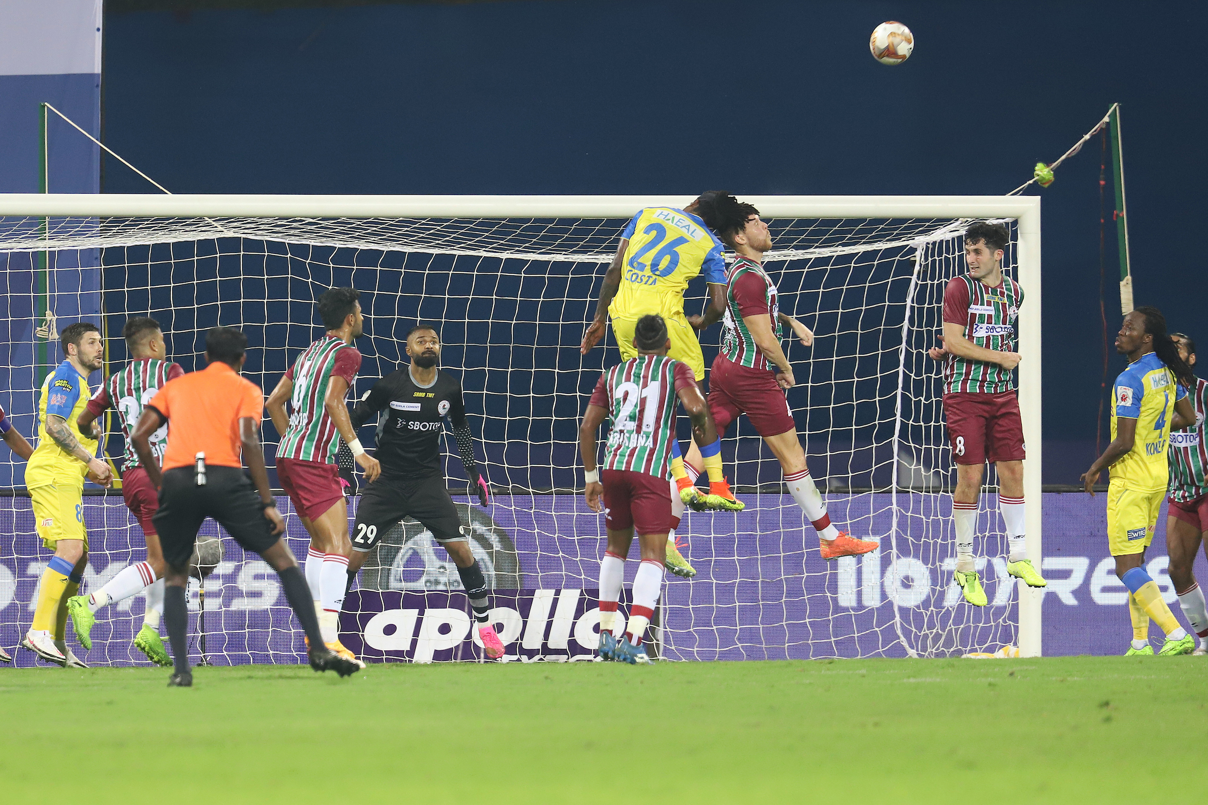 Costa Nhamoinesu of Kerala Blasters FC try to heads the ball during match 1 of the 7th season of the Hero Indian Super League between Kerala Blasters FC and ATK Mohun Bagan held at the GMC Stadium, Bambolim, Goa, India on the 20th November 2020 Photo by Faheem Hussain / Sportzpics for ISL